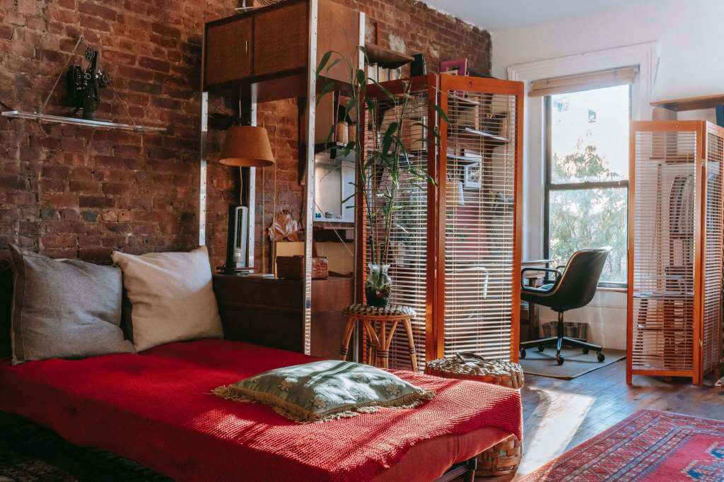 chambre avec mur de briques