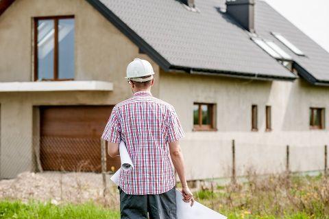 un entrepreneur agréé en rénovation domiciliaire détenant des plans