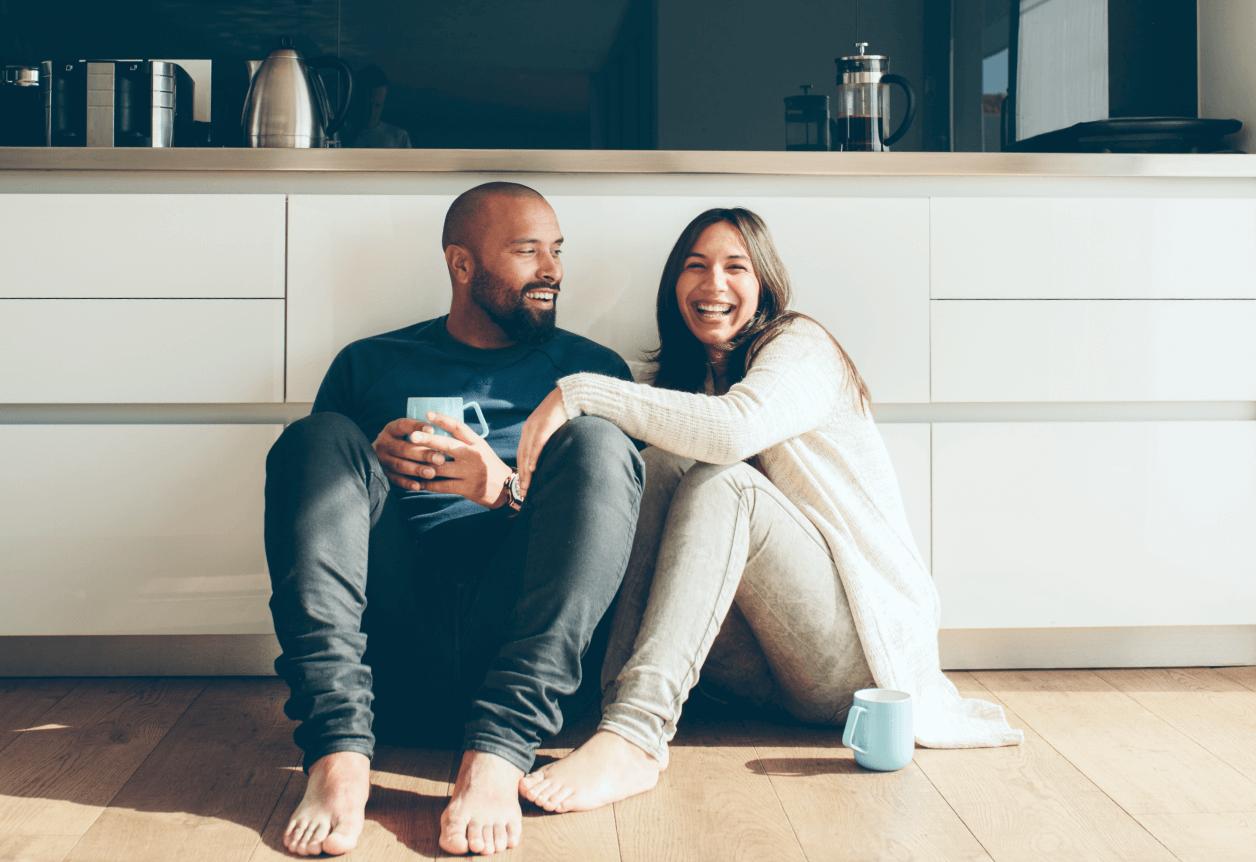 Couple assis au sol dans la cuisine