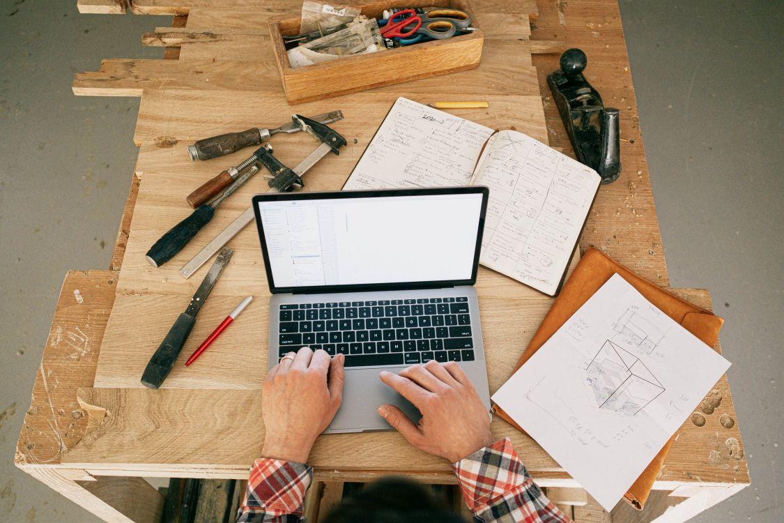 préparer une rénovation avec des plans et un Macbook