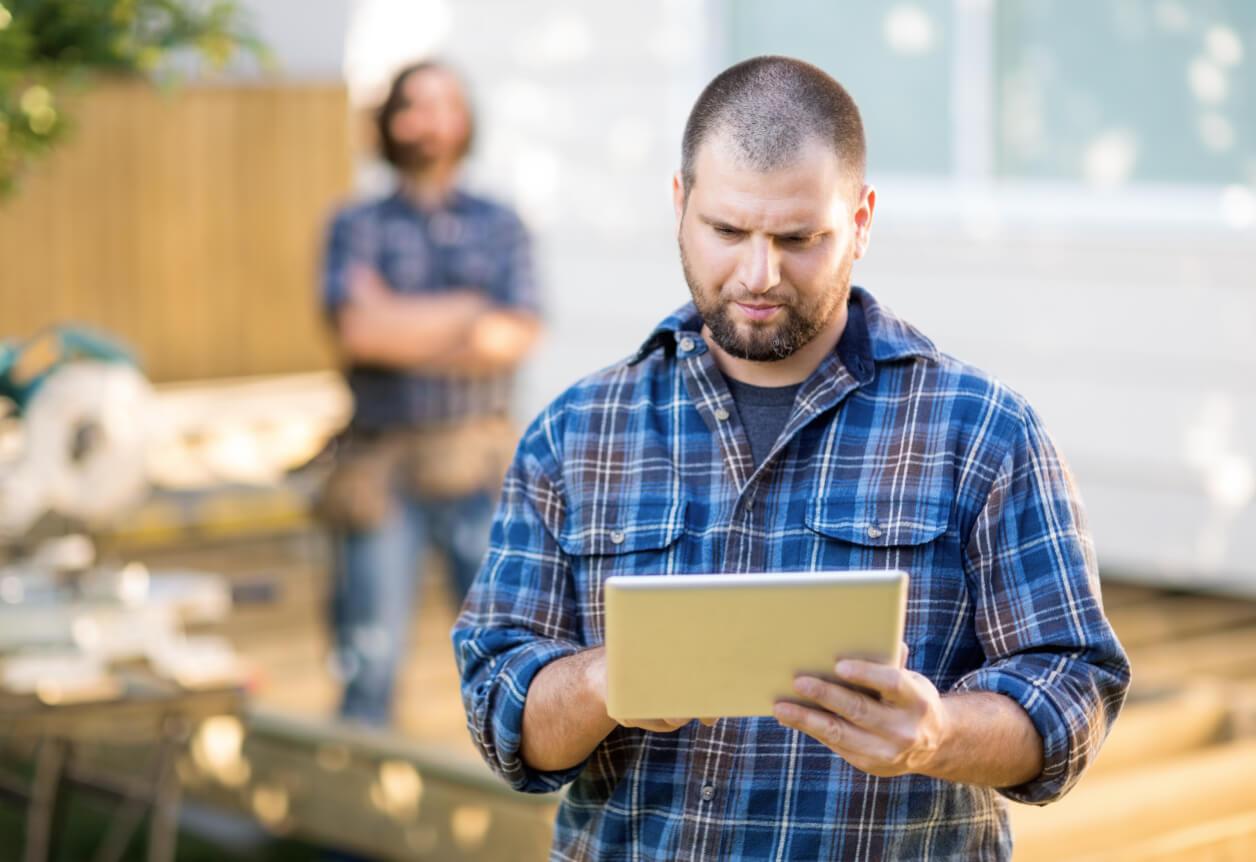 Entrepreneur qui regarde des projets sur une tablette