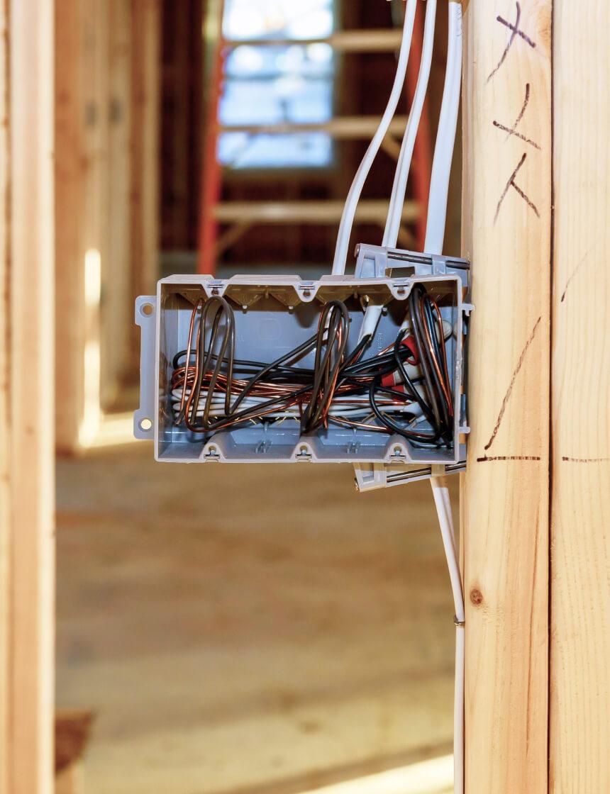 boite électrique dans une mur en construction