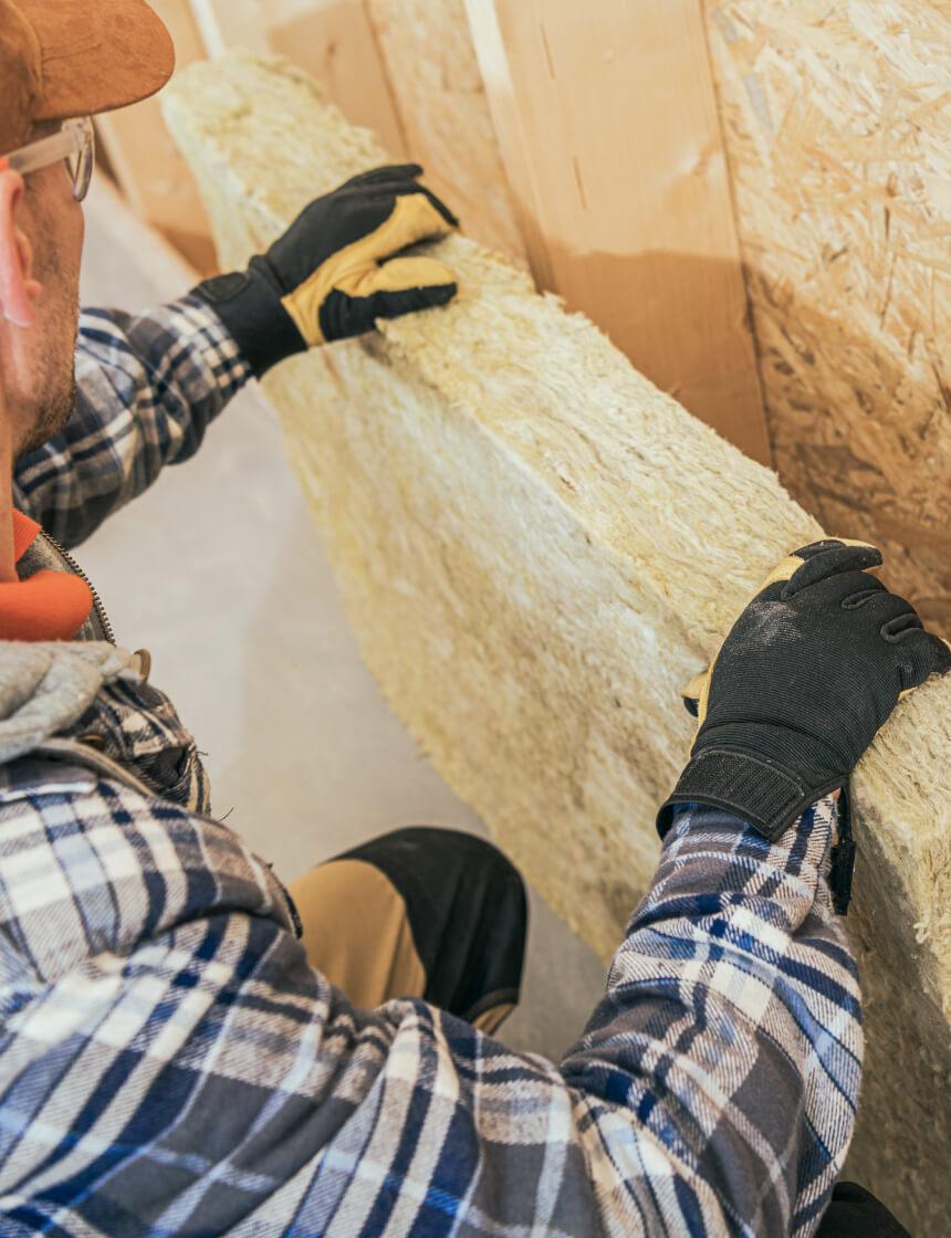 entrepreneur qui isole un mur