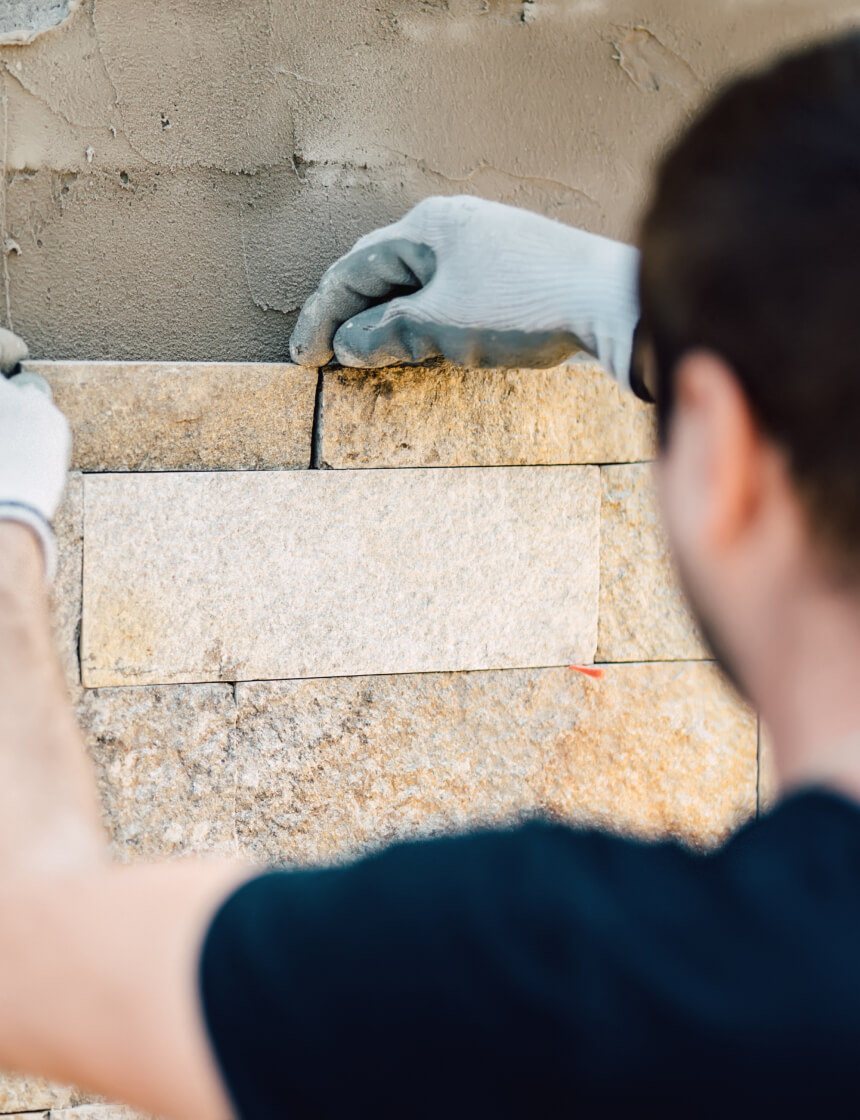 entrepreneur qui installe des briques à l'extérieur