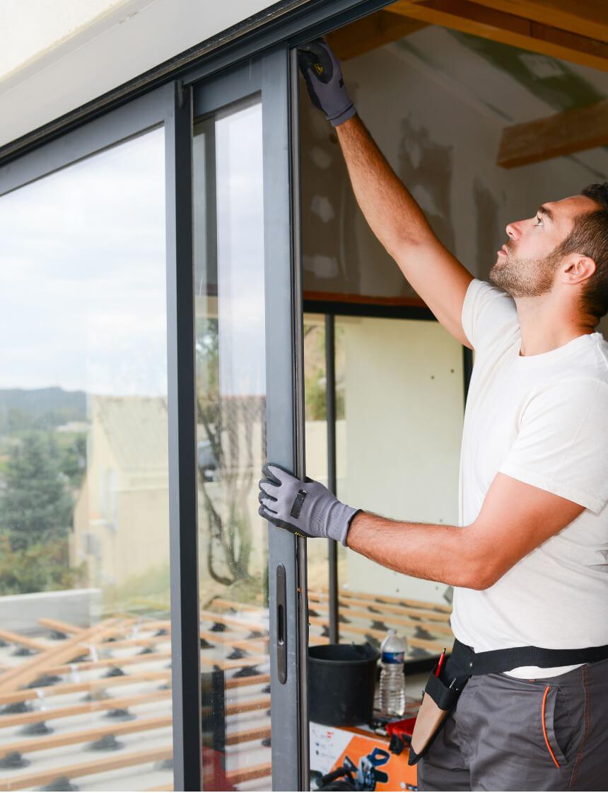 Entrepreneur qui installe une porte patio noire