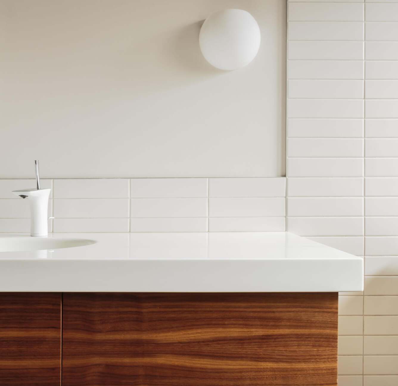 salle de bain moderne avec tuile blance et vanité en bois exotique